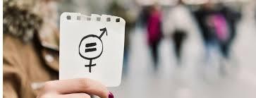 Dłoń trzymająca kartkę z symbolem równości płci